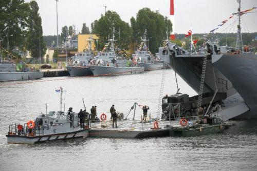 Morskie mosty pontonowe służące do przeprawy i desantu wojsk, remontowane są w Stoczni od 1990 roku.