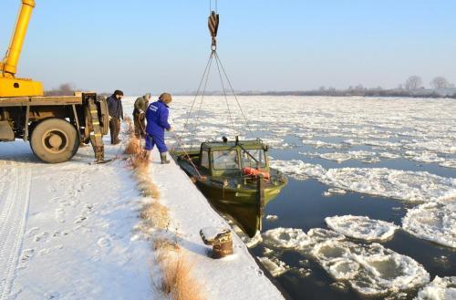 Remonty kutrów przeprawowych realizowane w trudnych warunkach zimowych. Każda jednostka po wykonanym remoncie, przechodzi program prób w naturalnych warunkach. przeprawowych dla wojsk inżynieryjnych. Mosty pontonowe remontowane w Stoczni Żuławy służą do przeprawy wojsk.