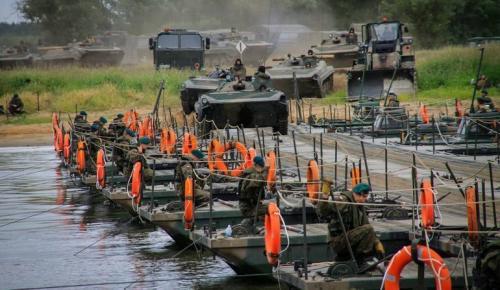 Mosty przeprawowe wojsk inżynieryjnych. Stocznia remontuje od 1989 roku.